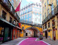 Rua Nova do Carvalho ou Rua cor-de-rosa. Lisboa, Portugal