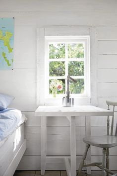 Simple Bedroom Decor with White Wooden Walls and Desk Furniture Swedish Cottage, White Cottage, Cozy Cottage, Cottage Style, Scandinavian Cabin, Lakeside Cottage, Guest Cabin, Swedish Style, Tiny House Cabin