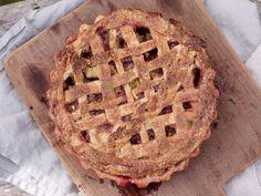 Knallgod rabarbrapai med jordbær Apple Pie, Desserts, Food, Cold, Apple Cobbler, Tailgate Desserts, Deserts, Essen, Dessert