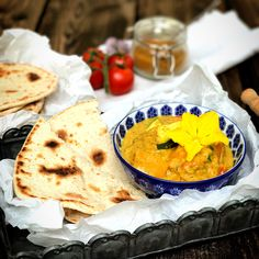 Naan, Hummus, Ethnic Recipes, Food, Cooking Rice, Carrots, Vegetarian Curry, Lenses, Essen
