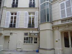 """Courtyard of No 9 : """"Marcel Proust et sa famille y vécurent du 1er août 1873 à 1900, dans un appartement de sept pièces du bâtiment en fond de cour dont les fenêtres donnaient sur la rue de Surène. « À droite, le cabinet du docteur Proust. À gauche du salon, la chambre de Proust, avec une fenêtre sur cour où l'on voit un arbre. Près du lit, une grande table pleine de livres et de papiers, ainsi que le matériel pour les fumigations d'eucalyptus. [...]"""" French Wiki"""
