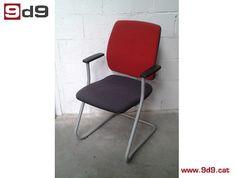 Silla de oficina de segunda mano, con brazos, estructura metálica en color gris con patas tipo balancín.  Asiento tapizado en tela roja y respaldo en tela negra. PVP: 50€.