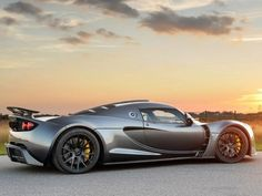 The Hennesey Venom GT went into production in 2012 by US car manufacturer Hennessey Performance Engineering. The car holds a number of speed world records. Weird Cars, Cool Cars, Crazy Cars, Lamborghini Cars, Bugatti, Hennessey Venom Gt, Lykan Hypersport, Supersport, Car In The World