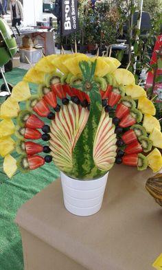 Ventaglio di spiedini di frutta su pavone d'anguria. Food Art, Planter Pots, Marriage, Carving, Fruit, Sweet, Desserts, Gastronomia, Party