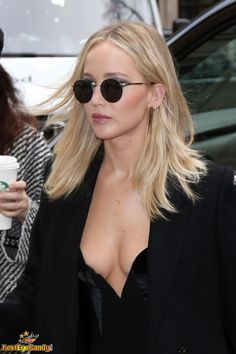"""weareabouttoexploode: """" Jennifer Lawrence at the Corinthia Hotel in London for the Red Sparrow photocall! Jennifer Lawrence Bangs, Jennifer Lawrence Photos, Sophie Turner Instagram, Babylights Blonde, Jennifer Laurence, Hair Color And Cut, Light Blonde, Modern Photography, American Actress"""