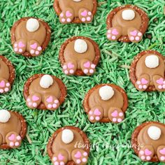 cute are these Peanut Butter Bunny Butt Pretzels? Each bite sized Easter treat is salty and sweet and so fun to eat.How cute are these Peanut Butter Bunny Butt Pretzels? Each bite sized Easter treat is salty and sweet and so fun to eat. Easter Snacks, Easter Candy, Easter Treats, Easter Recipes, Easter Food, Easter Decor, Easter Centerpiece, Easter Eggs, Easter Gift