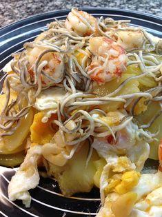 LAS RECETAS DE MIS AMIGAS: HUEVOS ROTOS CON GAMBAS Y GULAS Japchae, Cabbage, Spaghetti, Vegetables, Ethnic Recipes, Food, 3, Bathroom, Decoration