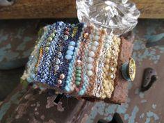 Alfombra de fibra tierra cuero brazalete pulsera magia / Boho Festival, Leather Jewelry, Jewlery, Beaded Bracelets, Textiles, Spaces, My Style, Crafts, Etsy