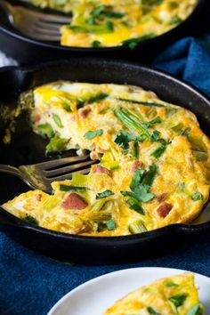 An easy, healthy asparagus frittata with spicy sausage and leeks that& paleo, low carb and the perfect brunch for spring and summer! Paleo Frittata, Asparagus Frittata, Frittata Recipes, Whole 30 Breakfast, Breakfast For Dinner, Paleo Breakfast, Breakfast Bites, Breakfast Club, Breakfast Casserole