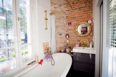 { Visite déco } Le studio parisien plein de charme d'Eléonore Bridge | www.decocrush.fr #brick #bath