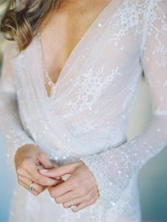 Filigranes Kleid von Inbal Dror | #braut #brautkleid #hochzeitskleid #pailetten #ärmel #lang #glitzer | repinned by @hochzeitsplaza