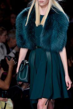 Elie Saab Clp Tris at Paris Fashion Week Fall 2014 - Details Runway Photos Dope Fashion, Fur Fashion, Runway Fashion, Fashion Show, Fashion Outfits, Womens Fashion, Fashion Design, Fashion Trends, Fringe Fashion