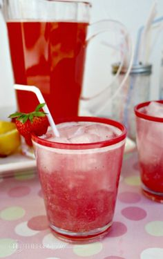 Fresh sugar-free strawberry lemonade with fresh squeezed lemons as the base for this sparkling strawberry lemonade. Delicious for any occasion! Alcoholic Lemonade Drinks, Fruit Drinks, Smoothie Drinks, Yummy Drinks, Beverages, Smoothies, Sparkling Strawberry Lemonade, Strawberry Vodka, Sparkling Drinks