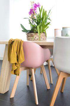 Ik ben nog steeds erg blij met deze stoel, maar ook met de tafel die we ooit in de koopjeshoek vonden bij een meubelwinkel. http://www.bringinghappiness.nl/nieuwe-stoelen/