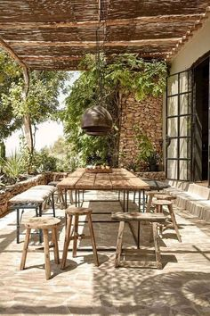 Les canisses en guise de pergola apporte une note encore plus nature à la terrasse Outdoor Rooms, Outdoor Dining, Outdoor Gardens, Outdoor Decor, Outdoor Lighting, Rustic Outdoor Spaces, Ceiling Lighting, Outdoor Seating, Ceiling Fan