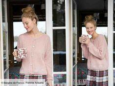 Ce modèle très classique est réalisé avec un fil vaporeux, mélange de mohair, polyamide et laine, il est tricoté au point jersey et côtes 2/2. Cardigan Pattern, Couture, Boro, Just Do It, Knitting, Blouse, Point, Vintage, Dresses