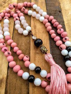 Imagem do Japamala 108 Contas - Dinheiro Diy Jewelry, Gemstone Jewelry, Yoga Mala, Beaded Necklace, Beaded Bracelets, Mixed Media Jewelry, Beaded Garland, Prayer Beads, Wooden Beads
