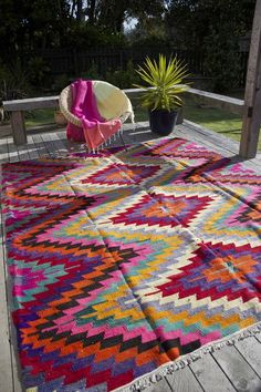 Alfombra/Carpet/Rug/A bright coloured statement rug is an easy purchase for a nursery of the parent who isn't finding out the gender in advance! It can be chosen post birth and everything else can be neutral without looking like an institution. Ab Ins Beet, Tapetes Vintage, Tapis Design, Quilt Design, Deco Boheme, Magic Carpet, Outdoor Rugs, Outdoor Balcony, Outdoor Carpet