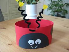 Hoed lieveheersbeest Cute Kids Crafts, Toddler Crafts, Diy Crafts, Ben Y Holly, Ladybug Crafts, Paper Crowns, Crazy Hats, Animal Crafts, Summer Crafts