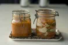 Foto: Fermentert gulrot og ingefær (glass til venstre) og spicy gulrotpickles til høyre - eller s...