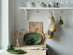 A wooden kitchen worktop with leaf-shaped plate, wooden chopping boards and tableware on a shelf. Getting Organized At Home, Best Home Interior Design, Interior Styling, Wooden Chopping Boards, Small Mirrors, Kitchen Worktop, Wooden Kitchen, Organizing Your Home, Beautiful Kitchens