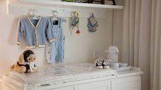 Bandeja com recipientes organizam objetos de higiene do bebê