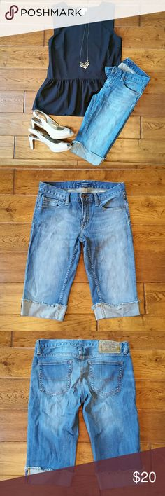 Ralph Lauren bermuda shorts size 27 Really nice pair of Ralph Lauren bermuda shorts in a medium vintage wash, the fold is sewn up at the knee.  These are in great condition!  I love them, but they are now too small on me.  Clean and smoke free home. Ralph Lauren Shorts Bermudas