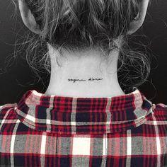 "Back of the neck tattoo saying ""Sogni d'oro"". Artista Tatuador: Jon Boy ·…"