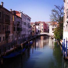 En #Venecia dan ganas de ponerse a jugar al escondite... Que no? #turismo #italia #canales #destinos #travelbloggers by galiciatb