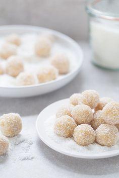 Rychlé nepečené cukroví, které skvěle chutná a dlouho vydrží, jelikož neobsahuje máslo. Ingredience 2 hrnky mandlové mouky 2 hrnky strouhaného kokosu 1/3 hrnku medu 2 lžičky mandlového extraktu 2-4 lžíce vody Zdobení strouhaný kokos na obalení Postup Vložte všechny ingredience do mixéru a rozmixujte dohladka. Ze směsi tvořte kuličky, které poté obalujte v kokosu a ...