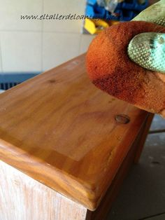 Pintar pino en Decapé blanco - **El Taller de lo Antiguo Butcher Block Cutting Board, Antique Painted Furniture, Paint Wood Furniture, Vintage Furniture, Pine Dresser, Bricolage