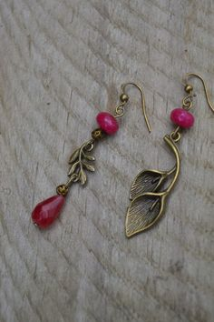 Mismatch ruby lily calla and leaf earrings in a charming vintage / victorian style ❥ Asymmetrical earrings are so flattering! They look great on every face shape. I love them! Bronze metal and ruby red gemstone beads vintage / victorian style earrings. All my items are nickel and lead