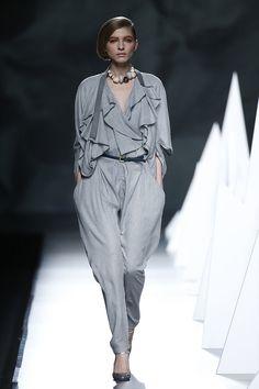 Las joyas de Julieta Álvarez, exalumna y docente de IED Moda Lab y del Máster de Diseño Textil y de Superficies,  pone el toque fina a los looks del diseñador Ion Fiz, Director del Máster de Diseño de Moda Intensivo del IED Madrid.