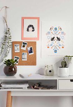 Painel de cortiça com posters na parede