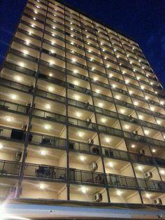 Hotel RH Princesa iluminado de noche