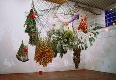Rebecca Louise Law est un artiste londonienne qui transforme les espaces avec de magnifiques installations florales. http://www.laregalerie.fr/les-installations-florales-de-rebecca-louise-law/