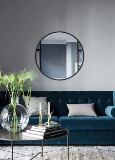 Dark blue velvet sofa / ESNY.