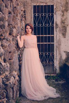 Romantico abito realizzato interamente in tulle color rosa antico 7d748632e6e