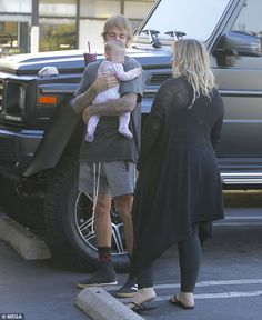 Justin Bieber takes a photo with a fans baby  Justin Bieber has fans of all ages.  While out grabbing a smoothie on Thursday the 23-year-old pop star was greeted by a female fan in the parking lot of Earth Bar in West Hollywood.  He kindly posed for a photo with the fans infant little girl who was dressed in an animal print onesie.  So sweet! The Canadian native seemed to happily grant his fans request as he put his purple smoothie on the hood of his SUV  The fan Jenny Ryan posted on…