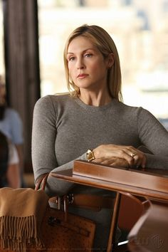 Kelly Rutherford as Lily stars in Gossip Girl Network, LLC. Estilo Gossip Girl, Gossip Girl Blair, Preppy Winter Outfits, Preppy Fall, Gossip Girl Outfits, Gossip Girl Fashion, The Cw, Savage, Gossip Girl Episodes