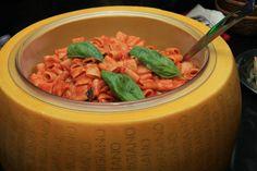 Tubettoni al ragù di melanzane serviti in una simpatica forma di parmiggiano.