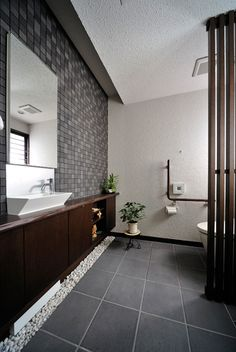 Japanese modern bathroom. 砂利がアクセント。
