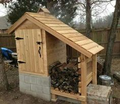 A smokehouse is a great way to add flavor to various types of meat. You can easily convert an outdoor shed into a smokehouse you can use on your property. Outdoor Projects, Easy Diy Projects, Home Projects, Space Projects, Pallet Projects, Construction Palette, Build A Smoker, Diy Smoker, Homemade Smoker Plans