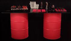 Mesas alegres y coloristas a partir de viejos neumáticos o bidones