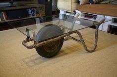 Mesa de café con patas de carretillo.