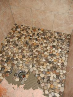 27 kreative DIY-Wohnkultur-Ideen mit Kiesel und Fluss-Felsen, die einen guten Ge… 27 Creative DIY Home Decor Ideas with Pebbles and River Rocks that find a good use for your stone collection Pebble Shower Floor, River Stone Shower, River Rock Bathroom, Kiesel, Bath Remodel, Shower Remodel, My Dream Home, Home Remodeling, Bathroom Renovations