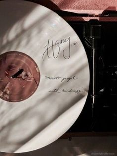 Harry styles 774408098411431311 - Harry Styles aesthetic pickup and vinyl Source by LaylaaOgierr Harry Styles Tattoos, Tatuajes Harry Styles, Styles Harry, Harry Styles Fotos, Harry Styles Pictures, Harry Styles Imagines, Bedroom Wall Collage, Photo Wall Collage, Picture Wall