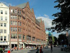 Historische Kontorhäuser in der Mönckebergstrasse - Hamburgs Backsteinarchitektur; Kontorhaus DOMHOF - erbaut 1911, Architekt Franz Bach. by christoph_bellin, via Flickr