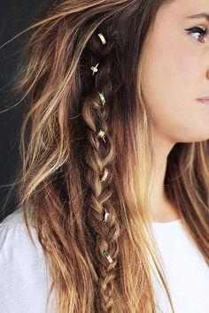 Une coiffure bohème accessoirisée de bijoux