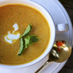 Deliciously spicy, serve this über healthy carrot soup hot or cold. Packed full of anti-inflammatory foods, this soup will fight what ails you. Spicy Carrots, Freezer Soups, Vegetable Puree Soup, Pureed Soup, Potato Leek Soup, Carrot Soup, Anti Inflammatory Recipes, Corn Chowder